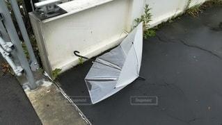 道路に捨てられた壊れた傘。強風に飛ばされると危ないの写真・画像素材[2513186]