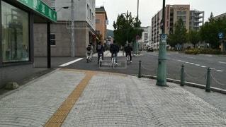 歩道を堂々と通行する迷惑な自転車の集団の写真・画像素材[2513187]