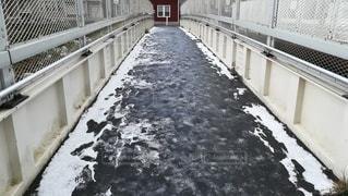 雪が降って溶けかけている歩道。の写真・画像素材[2702984]