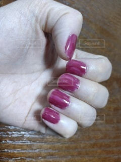 セルフネイルをしてマニキュアがよれてムラになり失敗した女性の爪の写真・画像素材[3922147]