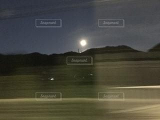 移動中に見た満月の写真・画像素材[2225218]
