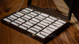 木箱に陳列しているネクタイピンの写真・画像素材[2343708]