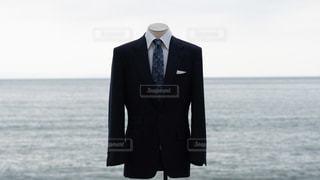 スーツを海辺で着ているマネキンの写真・画像素材[2343719]