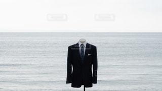海に立っているスーツマネキンの写真・画像素材[2343724]