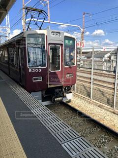 駅で停車した阪急電車の写真・画像素材[2388797]
