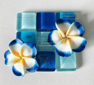 テーブルの上に青い花瓶が置かれたグラスの写真・画像素材[2258072]