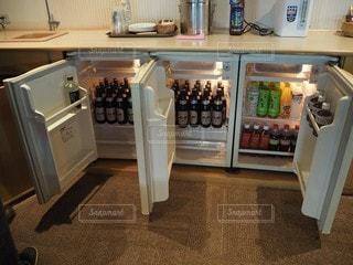 ビールでいっぱいの冷蔵庫の写真・画像素材[2793000]