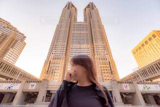 東京都庁を背にの写真・画像素材[2244920]