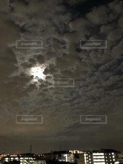 雲間からストロベリームーンの写真・画像素材[2226201]