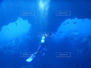 水の中を泳いでいる男の写真・画像素材[2232216]