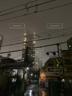 夜、霧のかかる街の写真・画像素材[2259565]