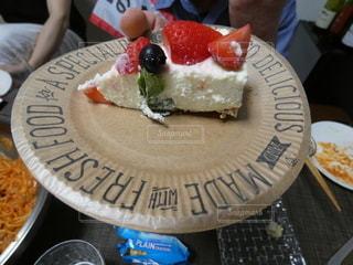 チーズケーキとイチゴなどのフルーツたちの写真・画像素材[2227376]