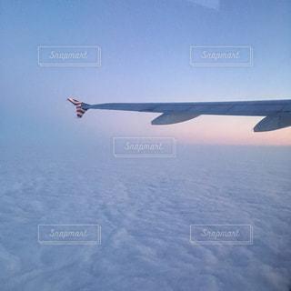 フライト中の飛行機の写真・画像素材[2228019]