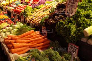 異なる種類の野菜が展示された箱の写真・画像素材[2228022]