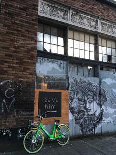 レンガ造りの建物の前に駐車した自転車の写真・画像素材[2228204]