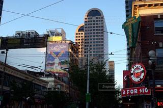 にぎやかな街の通りのクローズアップの写真・画像素材[2228207]