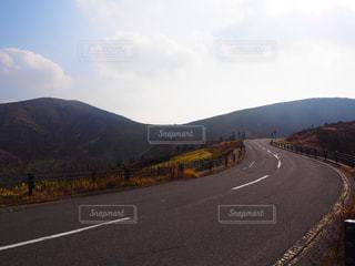 山を背景に続く道の写真・画像素材[2228252]