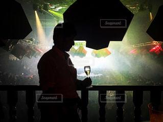 クラブのVIP席でシャンパンを持って立っている男の写真・画像素材[966198]