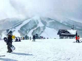 雪に覆われたゲレンデと滑る準備をする人たちの写真・画像素材[1015656]