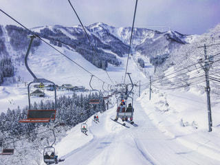 雪山のゲレンデに向かうリフトの上からの写真・画像素材[1028246]