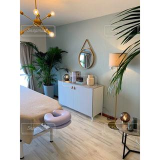 家具と鏡でいっぱいのリビングルームの写真・画像素材[3033726]