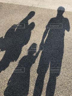 通りに立っている人の写真・画像素材[2319457]