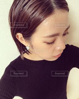 黒いシャツを着た女性の写真・画像素材[2233148]