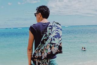 水域の隣に立っている男の写真・画像素材[2273304]