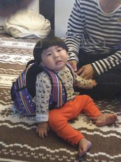 一歳のお誕生日でお餅背負いの写真・画像素材[2235355]