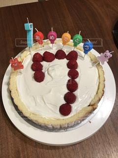 皿にデザートが付いているケーキの写真・画像素材[2264987]
