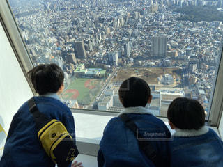 都市を見渡す人々のグループの写真・画像素材[2872816]