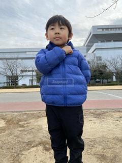 青いシャツを着た小さな男の子の写真・画像素材[4125308]