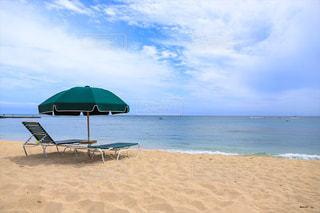 ワイキキビーチのパラソルの写真・画像素材[2244250]