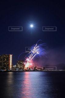 花火と満月の写真・画像素材[3303577]