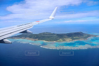 離島の上空を飛ぶ飛行機の写真・画像素材[3547070]