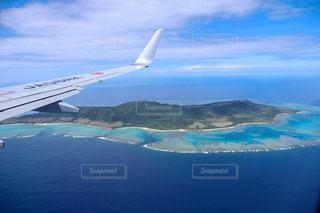 石垣島の上空を飛んでいる飛行機の写真・画像素材[3547071]