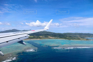 石垣島上空を飛んでいる飛行機の写真・画像素材[3547072]
