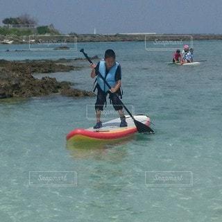 サップに乗り、水上散歩する子供達の写真・画像素材[2237867]