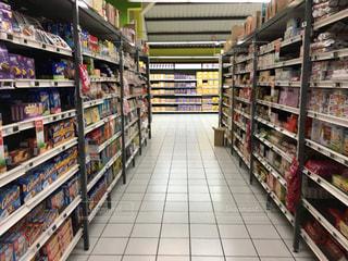 スーパーマーケットの店内の写真・画像素材[2238490]