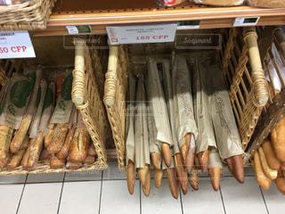 海外のスーパーマーケットのフランスパン売り場の写真・画像素材[2239837]