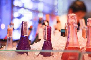 パーティー会場のシャンパンボトルの写真・画像素材[2261655]