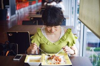 バンコクのフードコートでタイ料理を食べる女性の写真・画像素材[2264102]