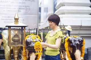 バンコクの中心地、チットロム駅のすぐそばにある小さな寺院。ショッピングの合間に参拝。の写真・画像素材[2264104]