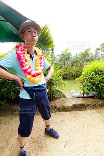 石垣島でレイを首にかけている男性の写真・画像素材[2266654]