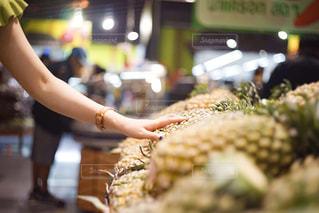 スーパーでパイナップルを手にする女性の写真・画像素材[2266690]