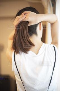 白いシャツを着たポニーテールの女性の写真・画像素材[2287083]