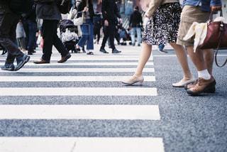 横断歩道を歩く人々のグループの写真・画像素材[2305106]