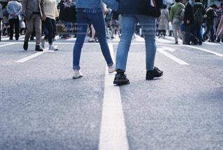 歩行者天国を歩く男性と女性の写真・画像素材[2305107]