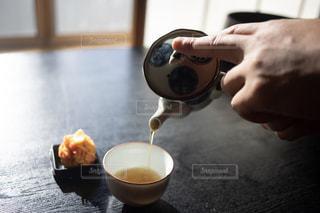 お茶を注ぐ手と和菓子の写真・画像素材[2316556]