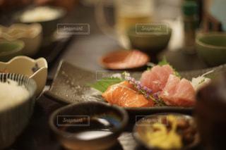 テーブルの上の刺身クローズアップの写真・画像素材[2316559]
